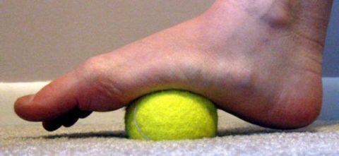 Упражнение с мячиком. Восстанавливает подвижность стопы.