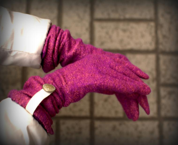 При сильном морозе руки и другие открытые участки тела защищают одеждой.