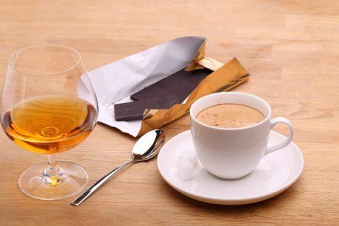 Алкоголь и кофе на морозе лучше не употреблять – они усилят потерю тепла организмом.