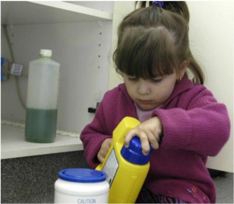 Бытовая химия должна храниться в недоступном для детей месте.