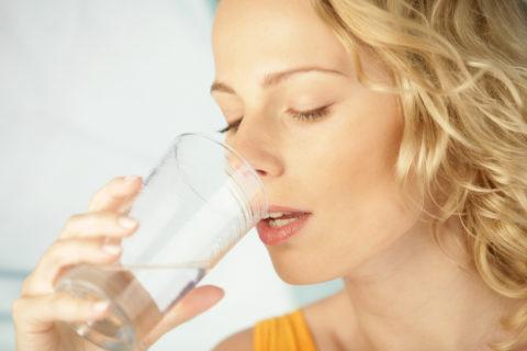 Длительное прополаскивание рта прохладной водой предотвращает проникновение ожога в глубжележащие ткани