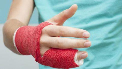 Фиксирующая повязка после операции на пальце