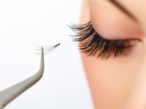 Некачественные материялы при наращивании ресниц могут быть причиной сильного ожога глаз