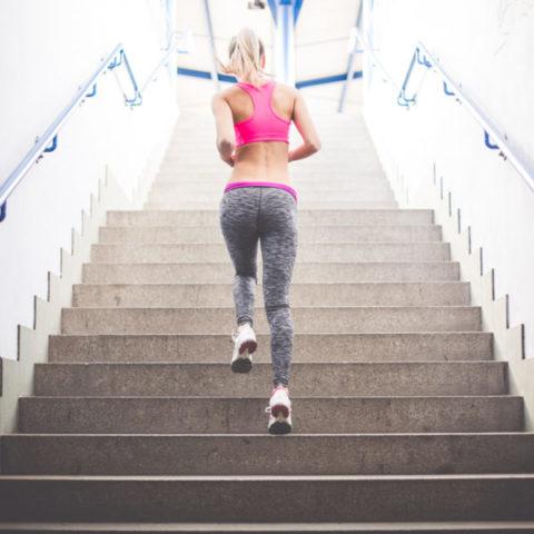Подъем по ступенькам – отличное упражнение для стоп