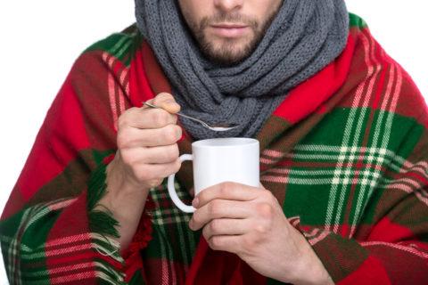 Пострадавшего нужно согреть и предложить теплое питье