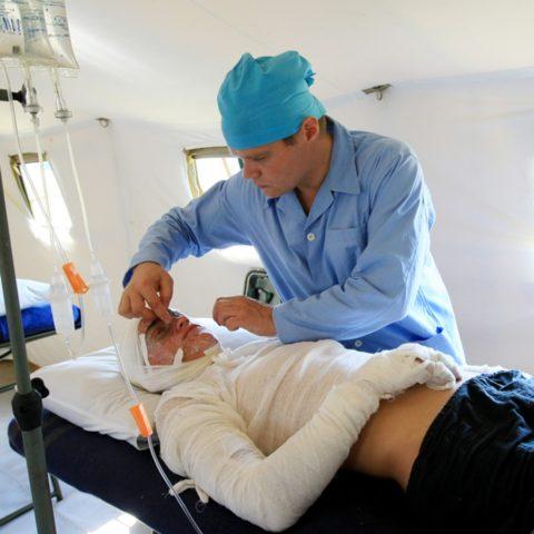 Повреждения кожи ежедневно обрабатывают заживляющими средствами