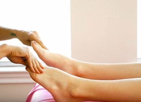 При охлаждении конечностей помогут массаж и растирания.