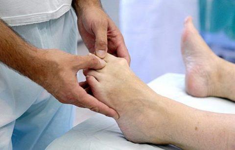 Проведение одномоментной закрытой репозиции при неосложненной форме перелома пальца ноги