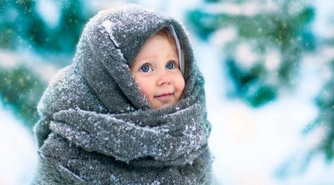 Снять мокрые вещи и укутать одеялом