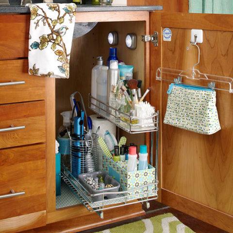 Средства бытовой химии нужно хранить в закрывающемся шкафу.