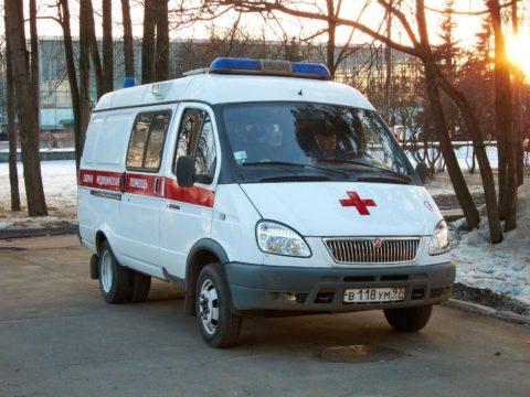 В первую очередь нужно вызвать бригаду скорой помощи к месту происшествия.