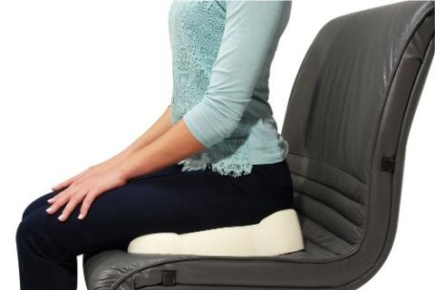 Более-менее комфортно сидеть после переломов копчика поможет ортопедический круг