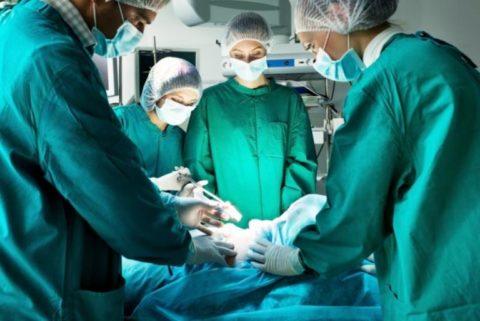 Если при холодовых травмах образовались участки некроза, то показано хирургическое вмешательство.