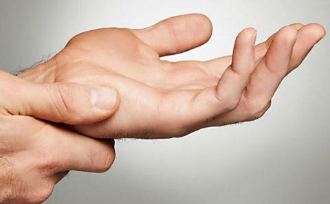 Фото: характерные особенности сломанной кисти в руке