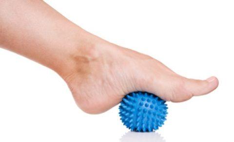 Катание мячика стопой поврежденной нижней конечности при переломе лодыжки