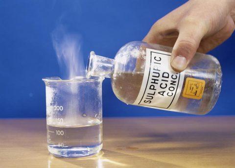 Кислотное повреждение кожной поверхности возникает под воздействием кислоты.