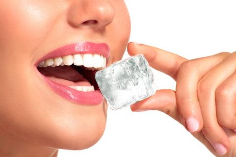Кубик льда поможет устранить боль и предотвратить отек