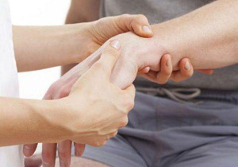Лечением и диагностикой занимается травматолог.