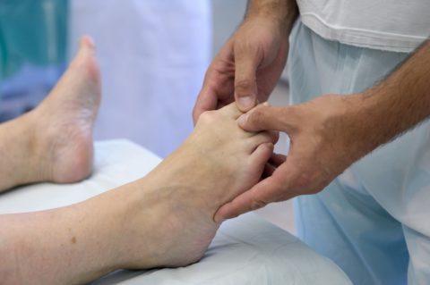 Массаж нижних конечностей в реабилитационном периоде после проведения хирургической операции. Инструкция лечения должна соблюдаться пациентом под контролем специалиста.