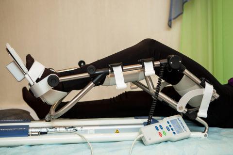 Механотерапия на тренажёре для поддержания двигательной активности конечности и предотвращения атрофии мышечной ткани в процессе лечения пациента после травмирования костей.