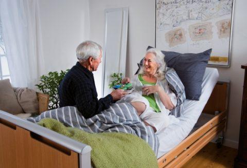 На фото показан уход за пожилой женщиной с травмой бедра, на фоне сахарного диабета в домашних условиях.