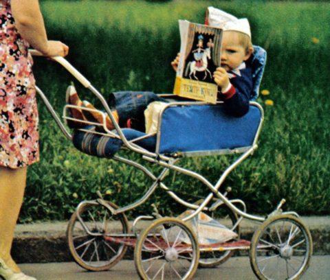 На прогулке каждая мама должна внимательно наблюдать за своим ребенком и желательно использовать средства для фиксации.