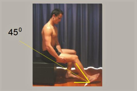 Надавите пяткой в пол (белая стрелка) и напрягите все мышцы на 5 секунд – 7-10 раз