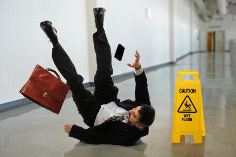Неудачное падение на спину может вызвать ушиб