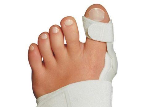 Ношение повязки для фиксации сломанного пальца на ноге
