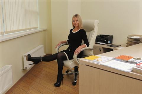Одно из упражнений для сломанной ноги, выполняемое в офисе