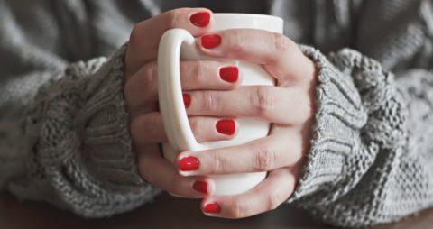 Пострадавшему от холода дают теплое питье.