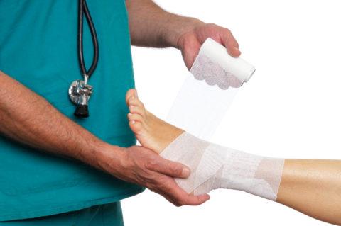 При переломе важно правильно совместить обломки костей.