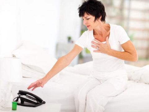 При разрушении позвонков грудного отдала, пациент чувствует боль за грудиной опоясывающего характера.