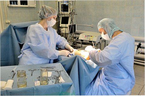 Проведение открытой репозиции костных отломков при сильном повреждении.