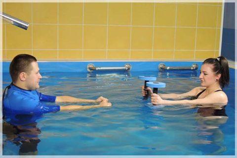 Упражнения с утяжелением для запястья и предплечий в бассейне после перелома