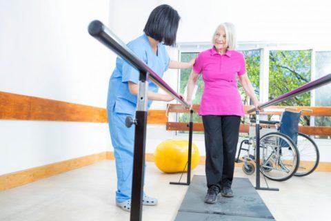 Восстановление подвижности костей, после полученной травмы. Продолжительный реабилитационный период. Первые шаги пациентки.
