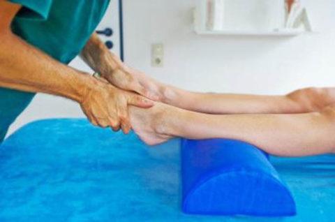 Втирание мази специалистом при проделывании профессионального массажа в реабилитационном периоде.