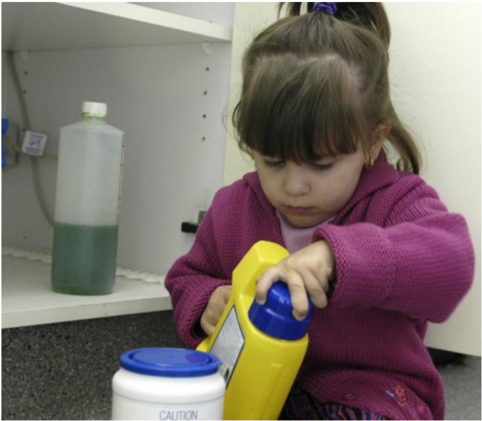 Малыши часто исследуют на вкус ароматные жидкости в ярких баночках, что приводит к печальным последствиям