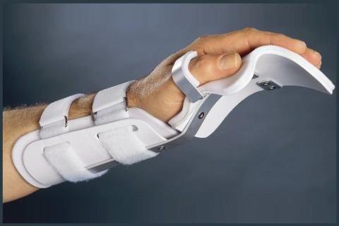 Современная лангета позволяет наносить лечебные мази и выполнять лёгкий массаж