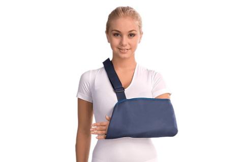 Иммобилизующая повязка косыночного типа для первой помощи и/или лечения переломов