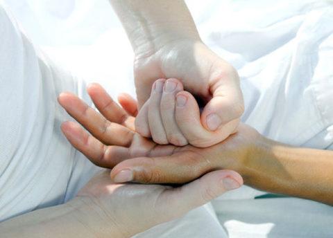 Возникновение хруста костных фрагментов из-за травмы руки
