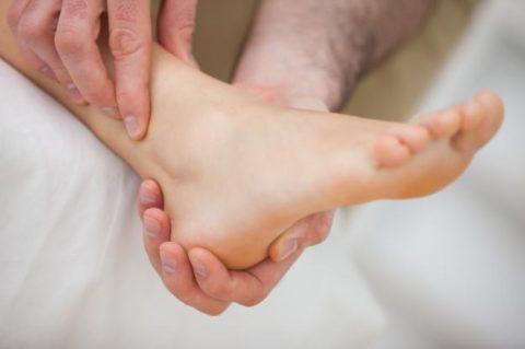 Диагностический осмотр пострадавшего для подтверждения точного диагноза перелома пятки