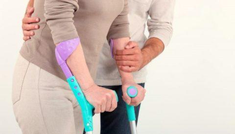 Применение костылей для опоры после травмы тазовых костей во время реабилитации