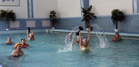 Аквааэробика и дозированное плавание – лучшие формы ЛФК для реабилитации после переломов