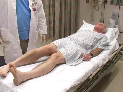 Характерным признаком закрытого перелома может быть ротация нижней конечности.