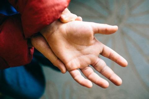 Механизм повреждения костной целостности фаланг пальцев на руках и ногах