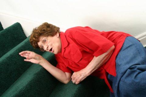Переломы шейки бедра часто диагностируются у людей преклонного возраста.