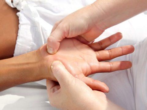 Положение пальцев массажиста при разработке ладони и руки до плеча