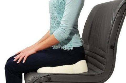 Применение специальной ортопедической подушки для снижения нагрузки на позвоночник