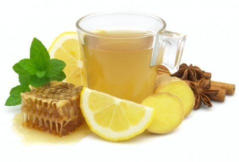 Медовый напиток с лимоном и специями – одно из лучших народных средств при переломах у пожилых